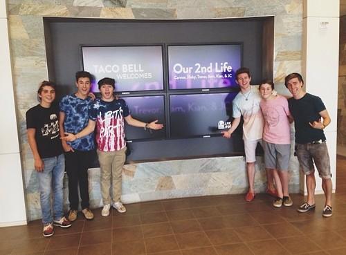 जे सी केलेन वॉलपेपर with a family room called O2L!