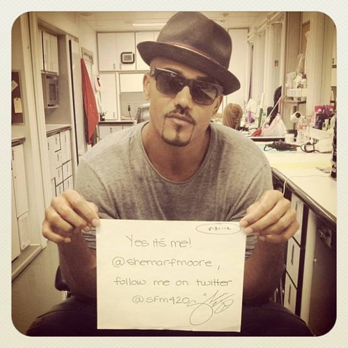 Shemar Moore 壁紙 with a sign and a newspaper entitled Shemar Moore