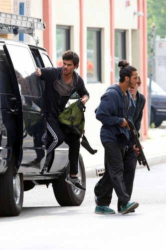 Taylor Lautner Films a Robbery Scene