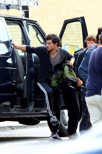 Taylor Lautner Films a Robbery Scene