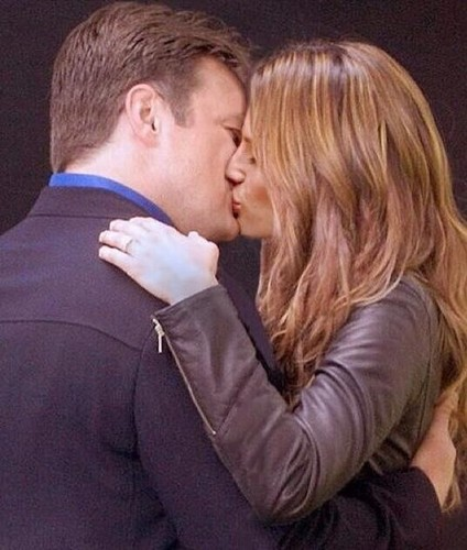 Nathan Fillion & Stana Katic karatasi la kupamba ukuta possibly containing a business suit called Caskett kiss 6x1