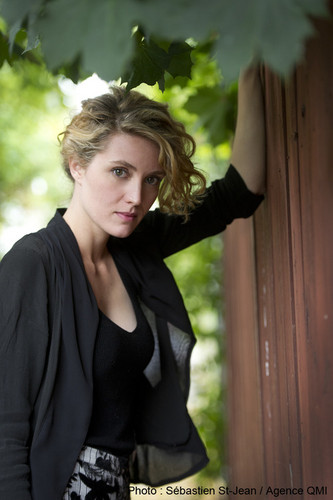 오펀 블랙 바탕화면 possibly containing an outerwear, a playsuit, and a leisure wear called Evelyne Brochu