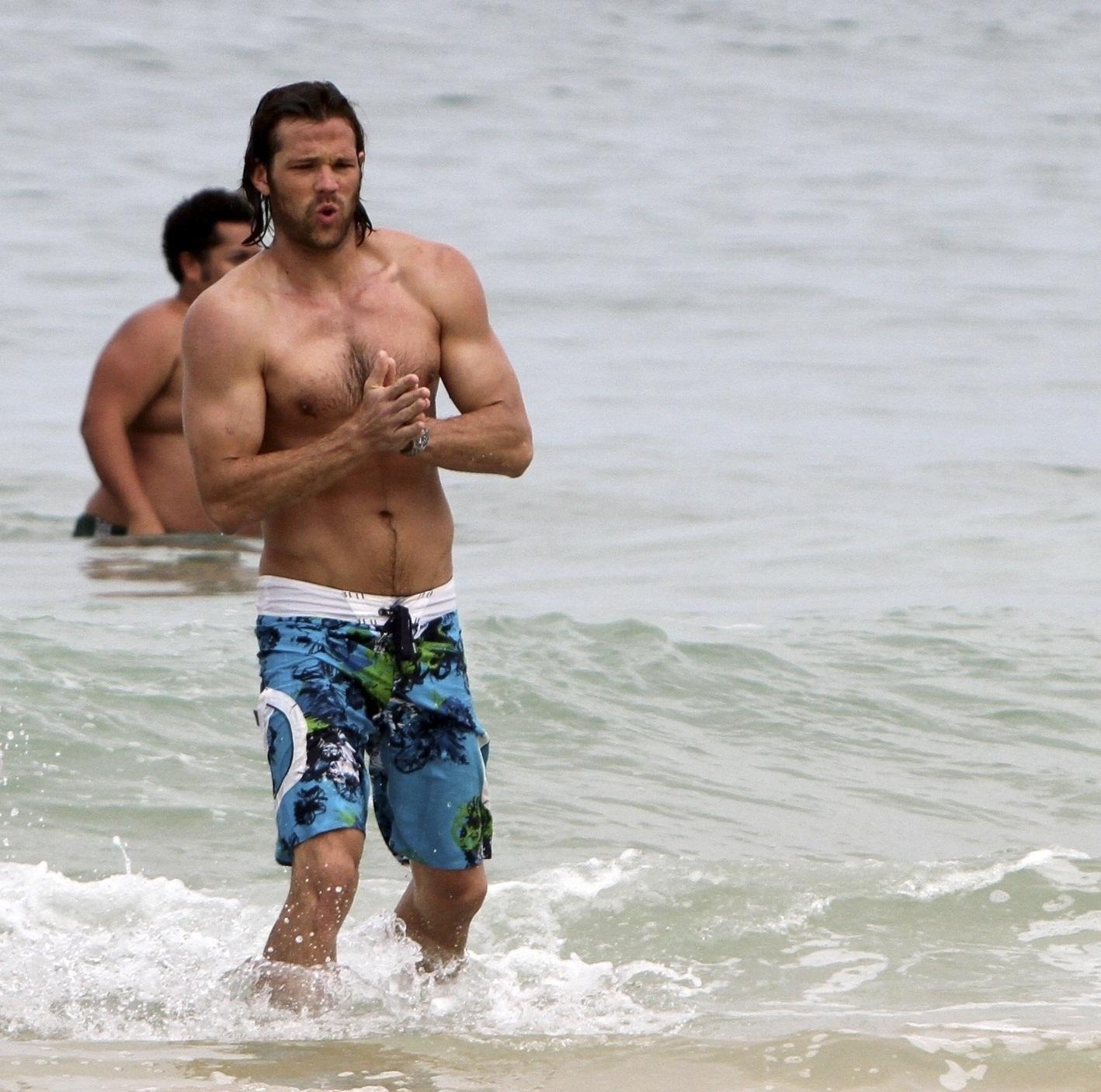 Дженсен эклз на пляже фото