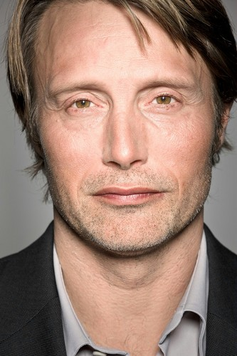 Мадс Миккельсен Обои containing a business suit, a suit, and a завиток, полоска titled Mads Mikkelsen <3