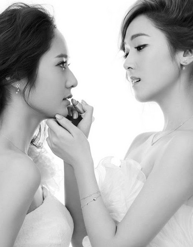 SNSD Jessica and f(x) Krystal's 照片 from 'STONEHENgE'