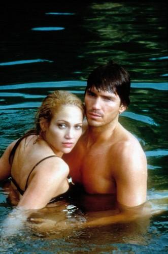 Jennifer Lopez Hintergrund with a hot tub and a badende titled Angel –Jäger der Finsternis Eyes - 2001