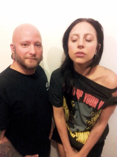 Gaga at a Tattoo Shop in Chicago Wird angezeigt her new septum piercing