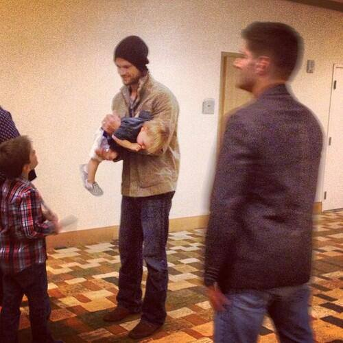 http://images6.fanpop.com/image/photos/35100000/J2-and-Thomas-jared-padalecki-and-jensen-ackles-35190044-500-500.jpg Jensen