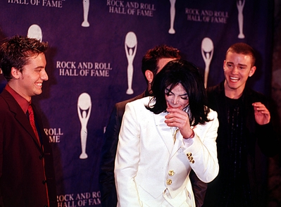 Michael Jackson achtergrond probably with a portrait called Michel And N'Sync Backstage At The 2001 Rock And Roll Hall Of Fame Induction Ceremony