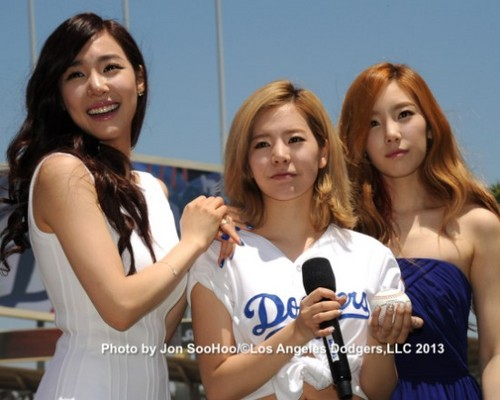 Taeyeon & Tiffany sing for Korea Day at Dodger Stadium and Sunny throws the first pitch