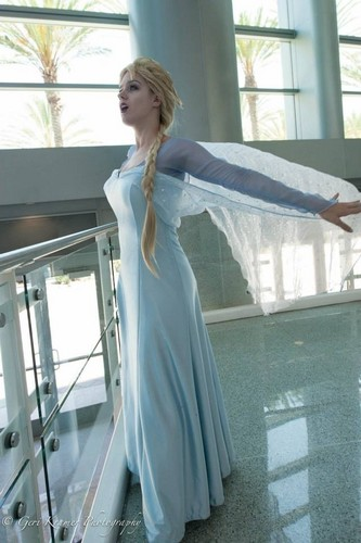 Angi vipère, viper as Elsa at D23 Expo
