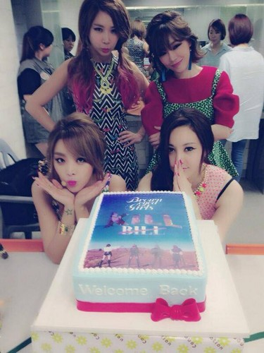Brown Eyed Girls thank những người hâm mộ in Hong Kong for their welcome cake