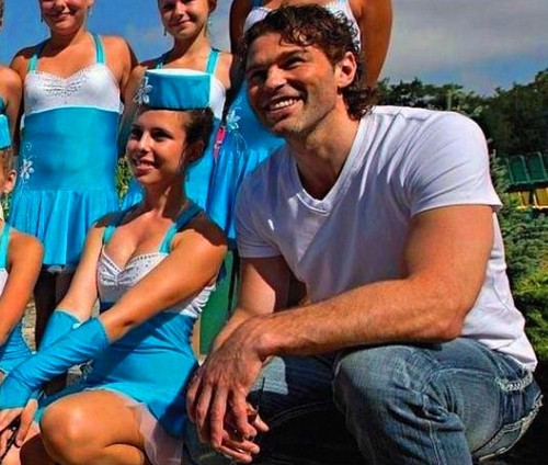 Jagr and sexy drum majorette