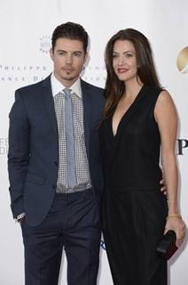 Josh Henderson karatasi la kupamba ukuta with a business suit entitled Josh Henderson & Julie Gonzalo ಇ