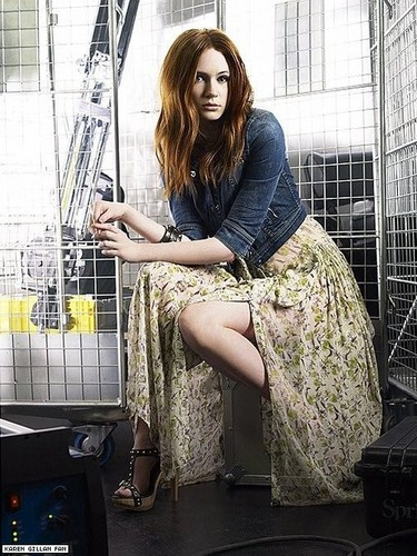Amy Pond Обои containing a dishwasher titled Karen Gillan