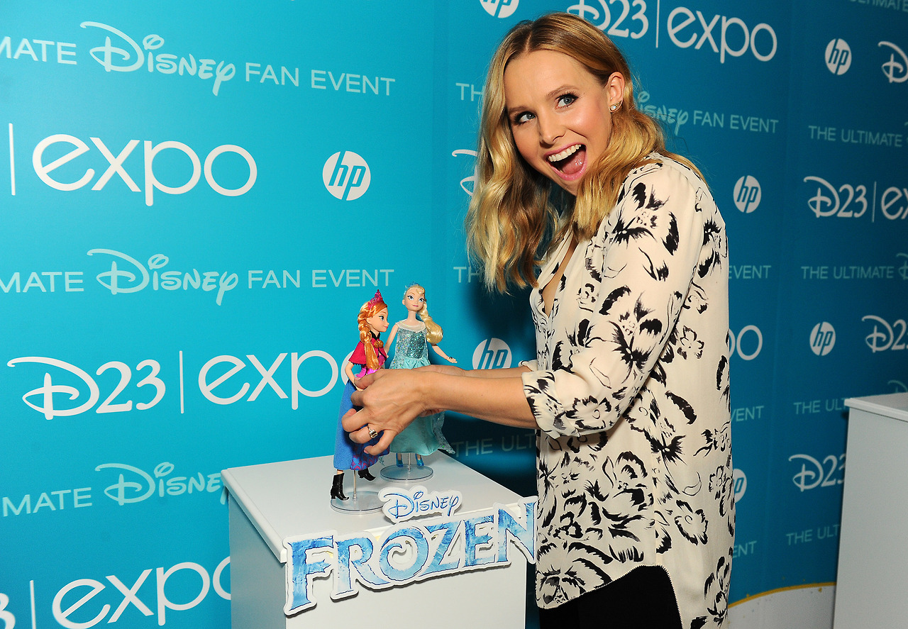 Kristen klok, bell (Anna) with Anna and Elsa dolls
