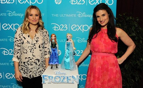Kristen колокол, колокольчик, белл and Idina Menzel Receive Frozen-Inspired Куклы from Mattel and Дисней Store at The D23