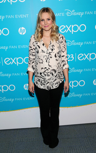 Kristen chuông, bell (voice of Anna) at D23 Expo
