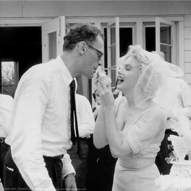 Marylin And Arthur Miller On Their Wedding siku