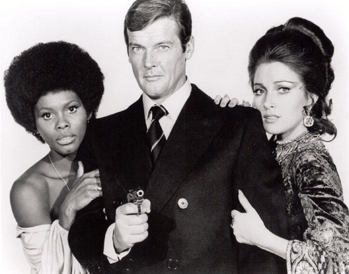 007 3代目ジェームズ・ボンドと女性の壁紙