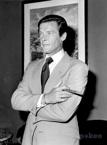 James Bond hình nền with a business suit, a suit, and a three piece suit called Sir Roger Moore