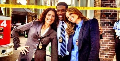 замок Обои possibly containing a business suit, a street, and a well dressed person entitled Stana Katic with Lisa Edelstein & Jocko Sims