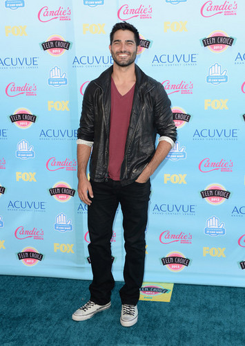 Tyler Hoechlin fond d'écran with a sign titled Teen Choice Awards 2013