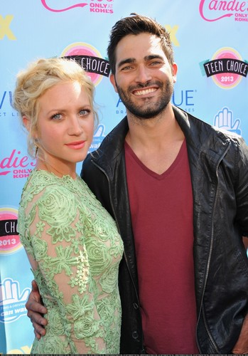 Tyler Hoechlin karatasi la kupamba ukuta probably containing a portrait entitled Teen Choice Awards 2013