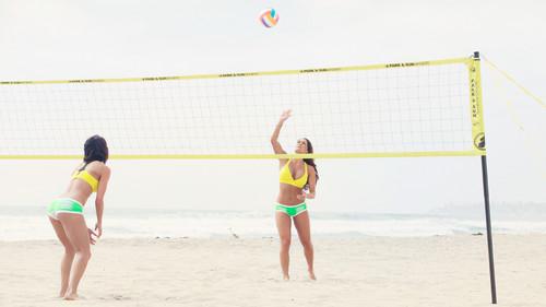 The Bellas hit the пляж, пляжный