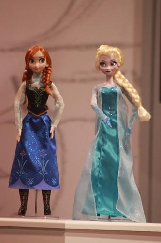 Anna & Elsa disney Store canto muñecas