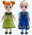 Anna and Elsa toddler muñecas from disney Store.