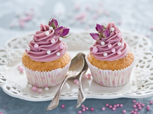nourriture fond d'écran containing a cupcake, a bouquet, and a frosted layer cake titled cupcakes