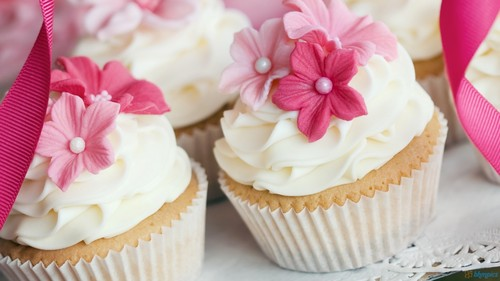 Cupcakes wallpaper with a cupcake, a cream cheese, and a bouquet entitled Pink Cupcakes ♥