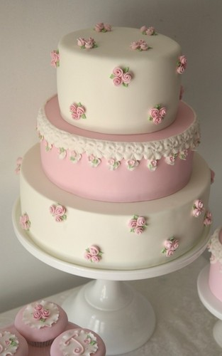 Cakes wallpaper with a cupcake and a bouquet called Pretty cake