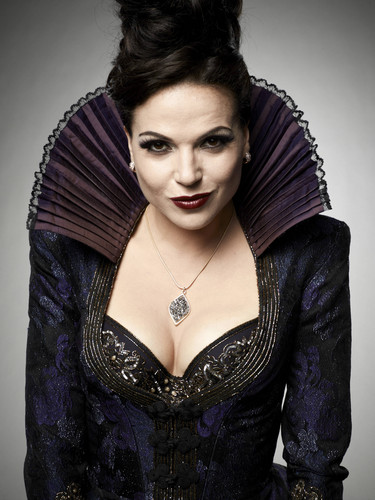 a rainha má/regina mills wallpaper possibly with a coquetel dress called Regina