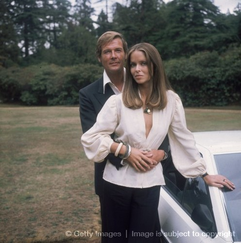 James Bond fond d'écran with a business suit and a well dressed person called Sir Roger Moore And Barbara Bach