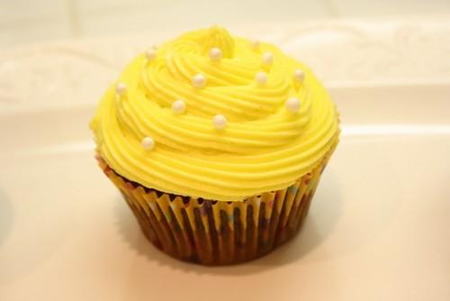 Yellow कप केक