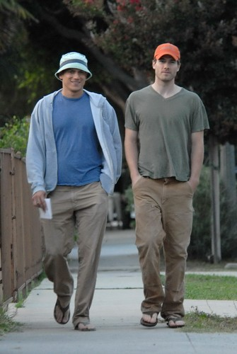 Wentworth Miller Hintergrund possibly with a fahrbahn titled 08/25/07: Luke and Wentworth Miller in Los Angeles