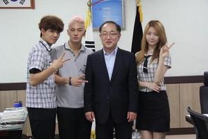 130901 Kaeun with JR, Baekho - with Seoul's broadcasting HIgh School principal.