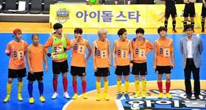 130903 Woohyun & Hoya – MBC Idol 별, 스타 Athletics Archery Championship Official 사진