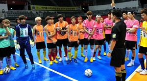 130903 Woohyun & Hoya – MBC Idol star, sterne Athletics Archery Championship Official Fotos