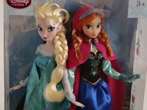 Anna and Elsa anak patung close up