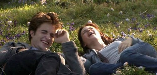 Twilight la saga wallpaper possibly with a grainfield entitled Edward and Bella laughing