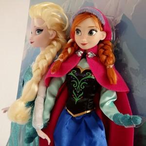 Elsa and Anna anak patung close up