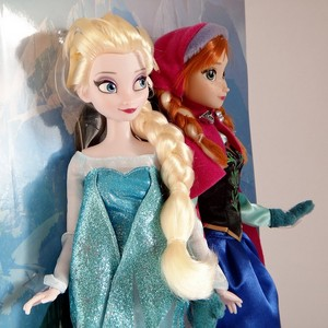 Elsa and Anna anak patung close up