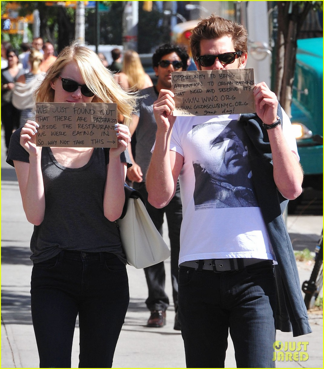 Emma Stone & Andrew গার্ফিল্ড Promote Charities with Handmade Signs