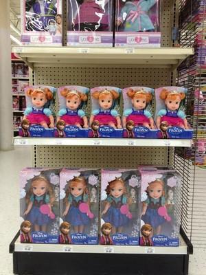 nagyelo Young Anna mga manika at Toys R Us in the US