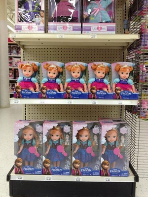 겨울왕국 Young Anna 인형 at Toys R Us in the US
