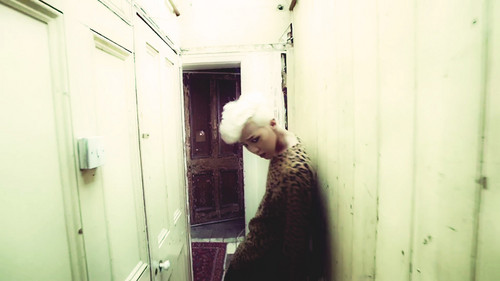 G-Dragon fondo de pantalla probably containing a cell and a ducha, ducha de stall entitled G-DRAGON - CROOKED M/V