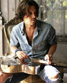 Johnny Depp with violão, guitarra